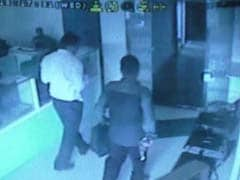 Caught on Camera: Daring Gunpoint Robbery, Escape on Scooty