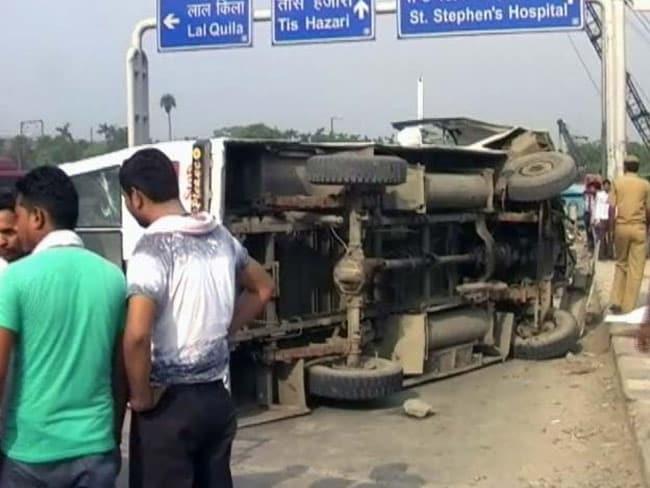 दिल्ली : स्कूली छात्रों से भरी आरटीवी पलटी, 12 से ज्यादा बच्चे घायल