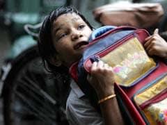 स्कूल के भारी बैग से तंग दो छात्रों ने अपनी व्यथा बताने के लिए पत्रकारों को बुलाया