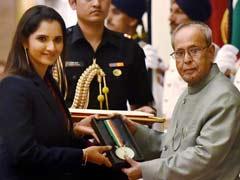 राष्ट्रपति प्रणब मुखर्जी ने टेनिस सनसनी सानिया मिर्ज़ा को खेल रत्न पुरस्कार से नवाजा