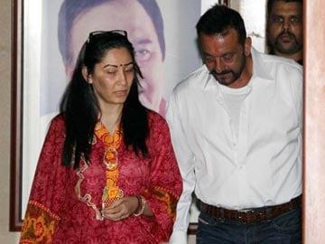 पैरोल मिलने के बाद 'मुन्नाभाई' अपने घर पहुंचे, बॉलीवुड ने किया स्वागत