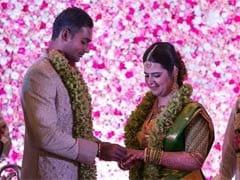 क्रिकेटर अभिमन्यु मिथुन ने अभिनेत्री राधिका की बेटी से की सगाई, देखें तस्वीरें