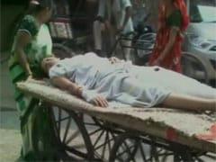दुखद : आगरा के अस्पताल में ठेलों पर मरीज और स्ट्रेचर पर ले जाया जा रहा कूड़ा!