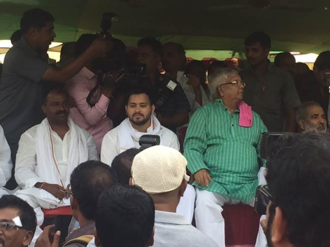 बिहार चुनाव : राघोपुर में अपनी मां की हार बदला ले पाएंगे लालू पुत्र तेजस्वी?