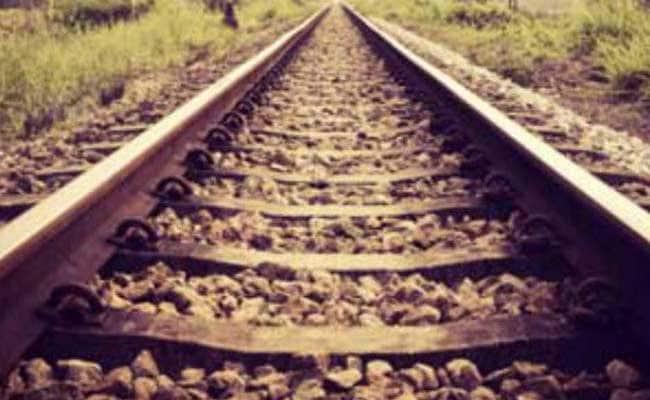 लोगों की सूझबूझ से टला बड़ा रेल हादसा, पटरी पर दरार देख रुकवाई यात्रियों से भरी ट्रेन