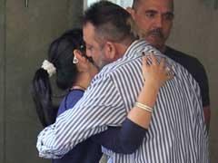 तस्वीरें : परिवार से विदा लेकर संजय दत्त एक बार फिर लौटे जेल