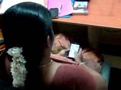 कैमरे में कैद : किसानों की मीटिंग में कलेक्टर के साथ बैठी महिला अफसर खेलती रही कैंडी क्रश