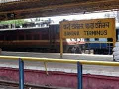 मुंबई : बांद्रा में लोकल ट्रेन की चपेट में आने से महिला की मौत, दो बच्चे घायल