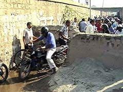 दक्षिण दिल्ली की इस सड़क के बीचोबीच किसने बनाई दीवार?