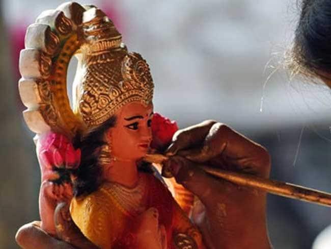 आर्थिक तंगी करनी है दूर तो शुक्रवार को इस तरह करें मां लक्ष्मी की पूजा