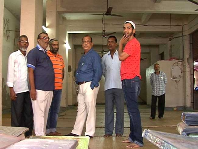 मुंबई में हिंदू-मुस्लिम एकता की मिसाल, नमाज़ के लिये हिंदू ने दी अपनी जगह