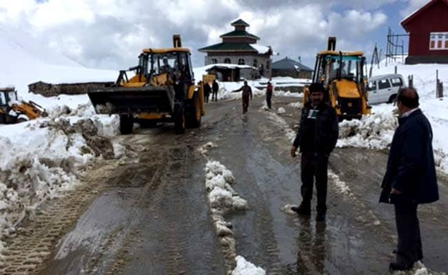 Snow Clearance Operation Underway To Restore Jammu-Srinagar Highway