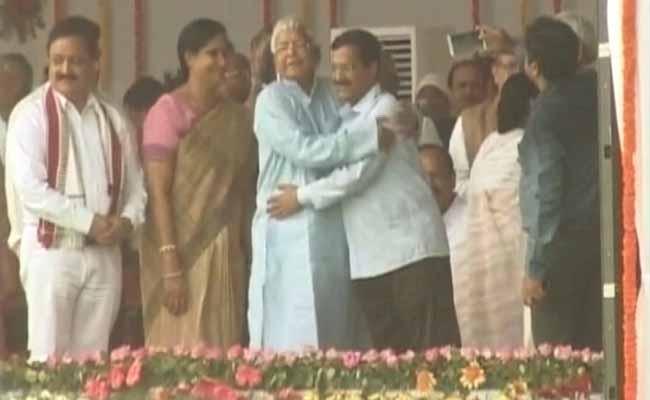 लालू ने जबरन गले लगाया... केजरीवाल के इस बयान पर भड़की आरजेडी, बताया 'बचकाना'