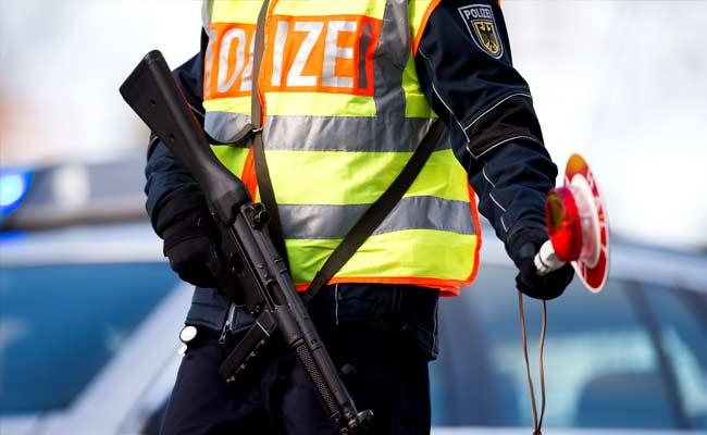 जर्मन पुलिस का कहना है कि वे आराधनालय में संभावित खतरे का जवाब दे रहे हैं