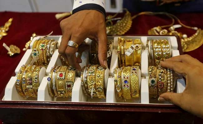 Gold Trades Flat, Silver Rises Nearly 1% Amid Subdued Trading