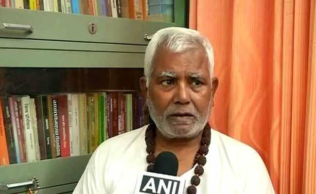 अब BJP सांसद हुकुमदेव नारायण ने पटना एयरपोर्ट पर जमाई धौंस, अकेले बस में बैठकर विमान तक पहुंचे
