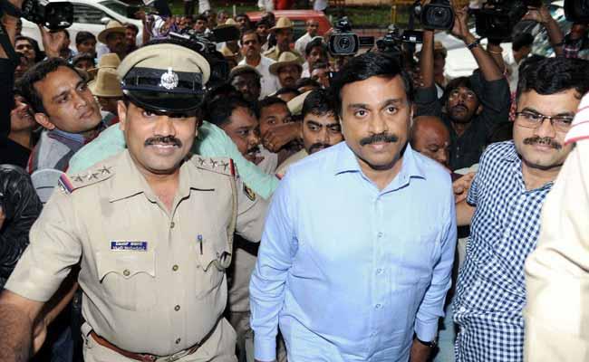 कर्नाटक के पूर्व मंत्री और खनन माफ़िया जनार्दन रेड्डी फिर गिरफ्तार