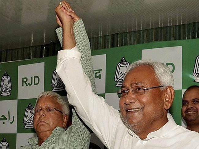 बिहार में महागठबंधन को दो-तिहाई बहुमत, लालू बने 'किंग मेकर' और  नीतीश के सिर ताज