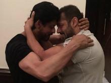 शाहरुख खान को बर्थडे पर सलमान खान ने दिया यह प्यारा तोहफा!