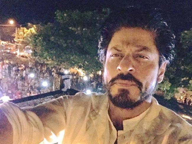 आज शाहरुख खान का जन्मदिन : 'मन्नत' के बाहर उमड़ी भीड़, रिलीज किया 'फैन' का नया टीजर