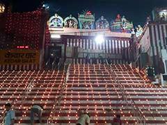 वाराणसी के गंगा घाट पर देव दीपावली के आयोजन में शामिल हुई सोनम कपूर