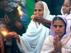 वृंदावन और वाराणसी में विधवाओं ने पहली बार मंदिर में खेली होली
