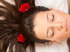 क्या आप बाल झड़ने से परेशान हैं? बाल झड़ने से रोकने के लिए 6 आसान घरेलू उपाय