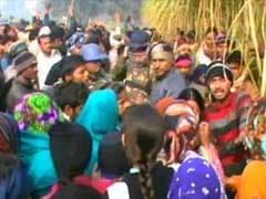 अलीगढ़ - साइकल से स्कूल जा रही लड़की के साथ गैंगरेप और हत्या, गुस्साई भीड़ ने प्रदर्शन किया