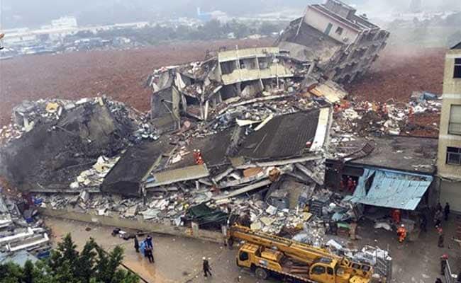 चीन के शेंझेन में भूस्खलन के बाद मिट्टी में दबी इमारतें, 59 लोग लापता
