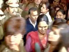 दिल्ली गैंगरेप : नाबालिग दोषी की रिहाई का विरोध कर रहे निर्भया के माता-पिता को पुलिस ने हटाया