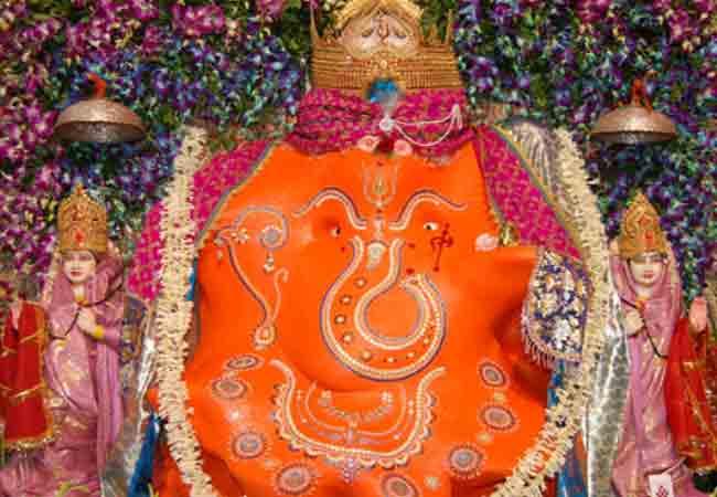 मन्नत के लिए इस मंदिर में भगवान गणेश की पीठ पर श्रद्धालु बनाते हैं स्वस्तिक का उल्टा निशान