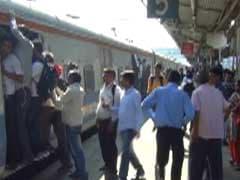 मुंबई: लोकल ट्रेन में वारदात के 14 साल बाद पीड़ित को पर्स सौंपा! रेलवे पुलिस ने जेबकतरे को धरदबोचा