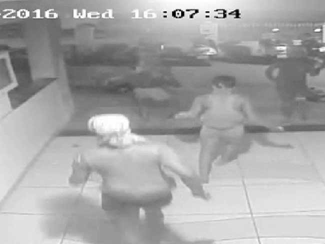 मुंबई : सीसीटीवी में कैद हुआ चड्डी-बनियान गिरोह का आतंक, चौकीदार को बुरी तरह पीटा