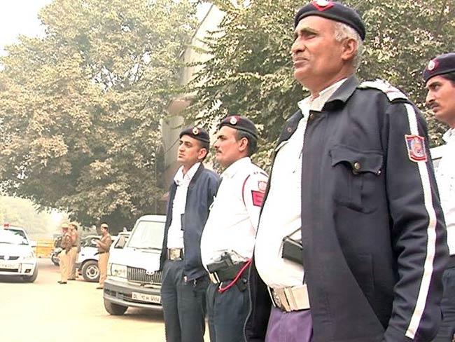 मुकुट पहनकर बाइक चला रहे 'रावण' पर यातायात पुलिस ने ठोका जुर्माना..