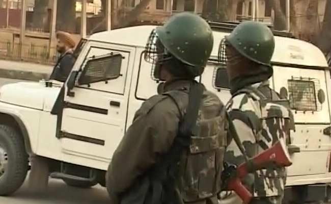 जम्मू-श्रीनगर राजमार्ग पर गोलीबारी में आतंकवादी मारा गया, महिला की मौत