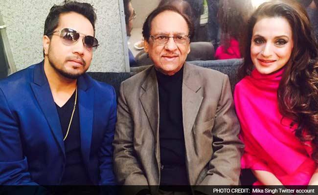 और गजल गायक गुलाम अली अचानक ही मीका के दिल्ली कंसर्ट में पहुंच गए