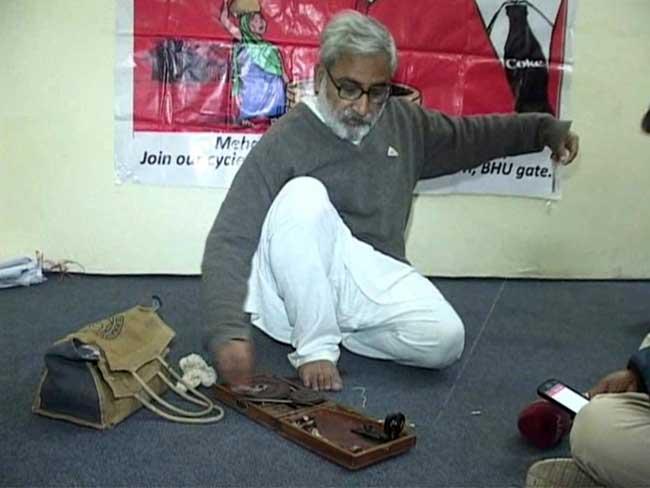 आईआईटी के विजिटिंग लेक्चरर पाण्डेय की बर्खास्तगी से बीएचयू में राजनीतिक माहौल गर्माया