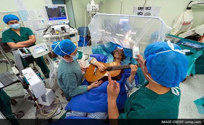 भई वाह... दिमाग का ऑपरेशन चलता रहा, मरीज़ गिटार बजाता रहा...