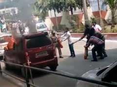 उल्हासनगर में बीच सड़क पर महापालिका उपायुक्त की कार जला दी