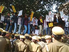 वामपंथी छात्रों ने दिल्ली पुलिस मुख्यालय के सामने की नारेबाजी