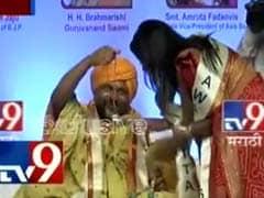 महाराष्ट्र के मुख्यमंत्री फडणवीस की पत्नी को तांत्रिक ने  'हवा से निकाल कर'  दिया हार, हुआ विवाद