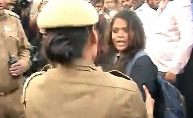 Students And Police Clash At India Gate During Candlelight March