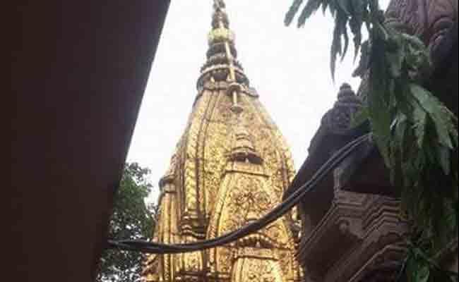 काशी विश्वनाथ मंदिर परिसर में बढ़ रही है सीलन, झुक रहा है मंदिर का शिखर