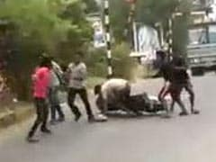कैमरे में कैद : केरल में गैंगवार, युवक को डंडों से पीट-पीटकर मार डाला...