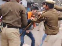 रोहित वेमुला के लिए रैली कर रहे प्रदर्शनकारियों को पुलिस ने बेरहमी से पीटा, वीडियो वायरल