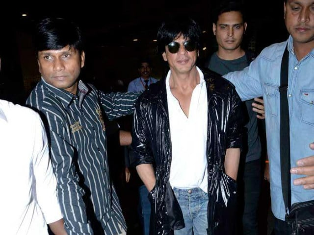 Shah Rukh Khan Stops to Help up Woman Who Fell at Bhuj Airport