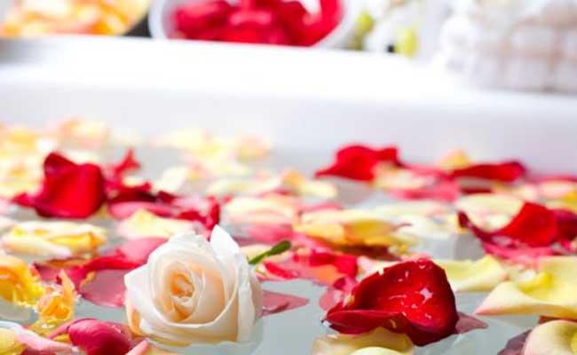 कुछ यूं गुलाब से ही पाएं गुलाब सी निखरी और कोमल त्वचा...