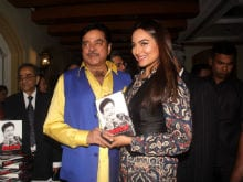 The Reason Why Sonakshi is 'Scared' to Read Shatrughan Sinha's Biography