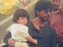 Shah Rukh And AbRam on <I>Raees</i> Sets in Gujarat. This Pic is Super Cute