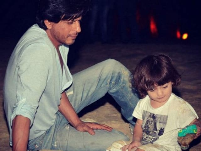 Shah Rukh And AbRam on Raees Sets in Gujarat. This Pic is Super Cute